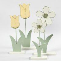Flores de madera pintadas con pintura para manualidades.