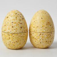 Huevos de dos piezas decorados con birutas de terrazo y pintura de manualidades