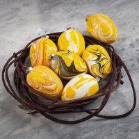 Huevos de terracota decorados con pintura de marmoleado