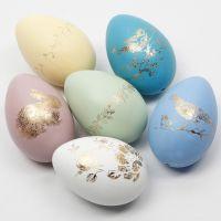 Huevos de Pascua decorados con lámina decorativa en diseños de lámina adhesiva.