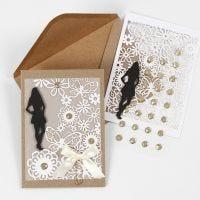 Una invitación con silueta, tarjeta con encaje y papel vegetal para una fiesta de confirmación