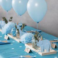 Decoraciones para bautizo con animales de madera, servilletas dobladas, minutas, pompones y globos de helio.