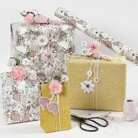 Envoltorio de regalo floral con tarjetas troqueladas de flores y flores de papel de pañuelo.