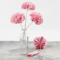 Flores de papel de pañuelo en un alambre de bonsai.