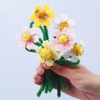 Flores hechas a partir de cuentas de fusible Nabbi y limpiapipas con pompones.
