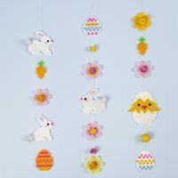 Una guirnalda de Pascua hecha de conejos de Pascua de cuentas de fusible Nabbi, huevos de Pascua, flores y pollitos de Pascua.