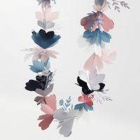 Una guirnalda de flores hecha con tarjetas y papel vegetal
