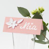 Tarjeta de mesa con flores troqueladas en cartulina con efecto 3D.