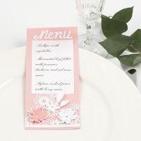 Carta de menú con encaje de cartulina y flores troqueladas.