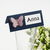 Una tarjeta de lugar con una Mariposa de papel vegetal troquelada