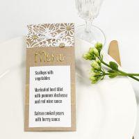 Una carta de menú decorada con encaje de cartulina, papel de aluminio y joyas adhesivas.