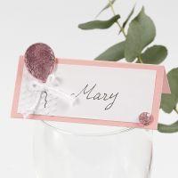 Una tarjeta de lugar con un globo decorado con papel Deco Foil, relieve y pedrería.