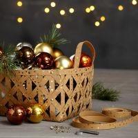 Una cesta hecha de tiras de estrella de papel imitación cuero con remaches.