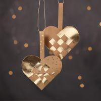 Cestas de corazón navideña tejida con papel imitación cuero de color natural y dorado.