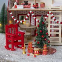 El Elfo está decorando la casa de Santa