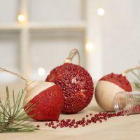 Bola de Navidad decorada con pintura, base transparente adhesiva, gel auto endurecido y mini perlas de cristal