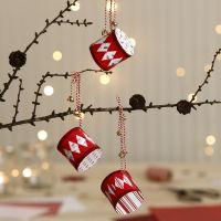 Tambores navideños hechos a partir de papel de diseño y decorados con campanas.