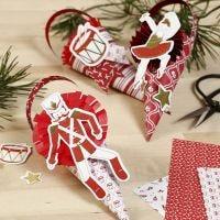 Conos decorados con rosetas y recortables de cartulina del cuento del Cascanueces.