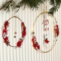 Un aro de metal con campanas y recortables de Vivi Gade.