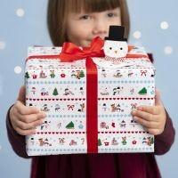 Envoltorio de regalos de Navidad con diseños Invernales y una etiqueta en forma de Muñeco de Nieve