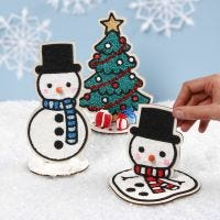 Muñecos de nieve de madera y un árbol de Navidad llenos de Foam Clay