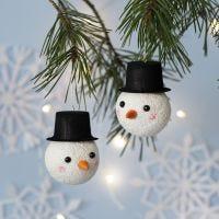 Un adorno de Navidad decorado como un muñeco de nieve
