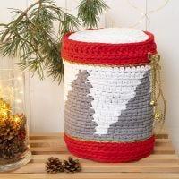 Un tambor de ganchillo con hilo de algodón