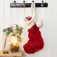Un calcetín de Navidad de ganchillo para los regalos del calendario de adviento