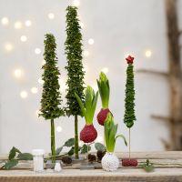 Árboles de Navidad y decoraciones navideñas de verdor real decorados con cuentas de vidrio minis.