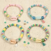 Pulseras con conchas de mar de colores y una borla