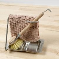Un paño de cocina tejido a ganchillo con un patrón de estilo de puntada de concha