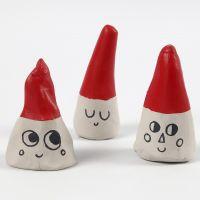 Elfos hechos de conos de arcilla de auto secado