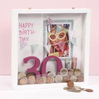 Un regalo de dinero en un marco de madera profundo de doble cara en 3D