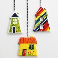 Coloridas casas de porcelana para colgar