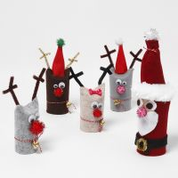 Papá Noel y reno hechos de tubos de cartón reciclado