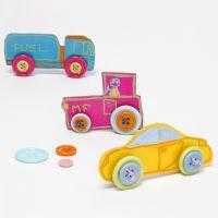 Coches hechos de hoja de plástico retráctil decorada con botones para las ruedas