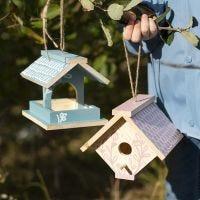 Una caja para pájaros hecha a mano pintada con pintura para manualidades y rotuladores Plus Color