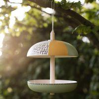 Un comedero para pájaro hecho de fibras de bambú decorado con pintura para manualidades Plus Color.