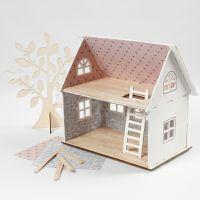 Una casa de muñecas decorada con papel de diseño y palitos de helado para el piso