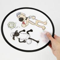 Un frisbee de La oveja Shaun decorado con rotuladores textiles