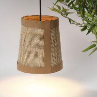 Una pantalla de lámpara hecha a partir de papel imitación cuero y rattan.