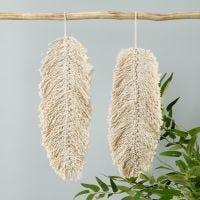 Una decoración colgante de macramé en forma de hoja.