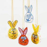Conejos de Pascua de porcelana decorados con vidrio y rotuladores para porcelana.