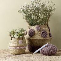 Una cesta con diseños bordados con aguja perforadora.