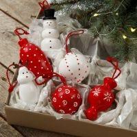 Figuras de madera y bolas de Navidad de madera para colgar decorado con pintura artesanal