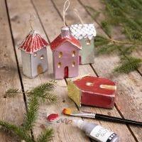 Casas de Navidad para colgar decoradas con pintura metálica y brillo