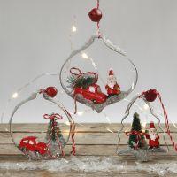 Decoraciones colgantes de Navidad con figuras miniatura en cortadores de forma.