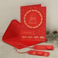 Una tarjeta de Navidad con un duende curioso hecho con foil