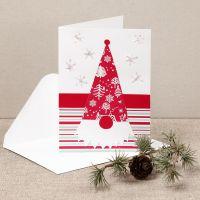 Una felicitación de Navidad con un duende curioso hecho a partir de papel de diseño.