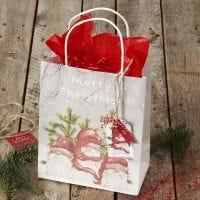 Envoltura de regalo de Navidad con una bolsa de regalo y una etiqueta de regalo con una campana
